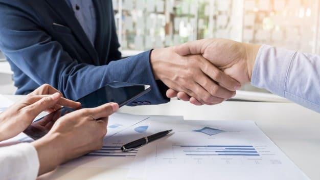 Prise Contact Commerciale Deux Hommes Demontrant Leur Accord Pour Signer Accord Contrat Entre Leurs Entreprises Entreprises Entreprises_1423 100